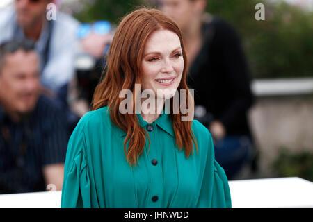 CANNES, Francia - 18 de mayo: Julianne Moore asiste al 'Wonderstruck' Photo-call durante la 70ª edición del Festival Foto de stock
