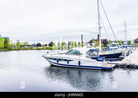 La Ciudad de Quebec, Canadá - 30 de mayo de 2017: la zona del Puerto Antiguo con Bassin Louise y vista del barco en el agua
