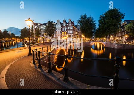 Anillos de canal sur de Amsterdam, en la intersección de Leidsegracht y Keizersgracht, Amsterdam, Países Bajos