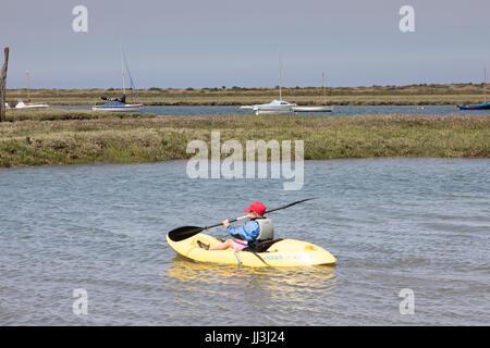 Brancaster, Norfolk, Reino Unido. El 18 de julio, 2017. El clima del REINO UNIDO: hechizos soleados en la costa de Norfolk. Los niños toman clases de kayak en clima cálido en el puerto de crédito: WansfordPhoto/Alamy Live News