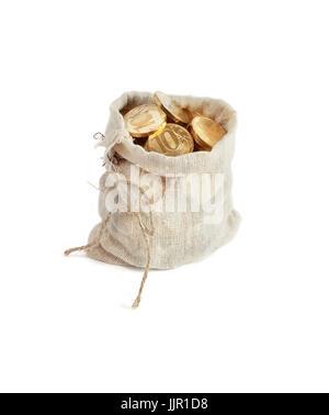 Concepto de riqueza. Abra la arpillera saco lleno de monedas de oro de pie sobre fondo blanco.