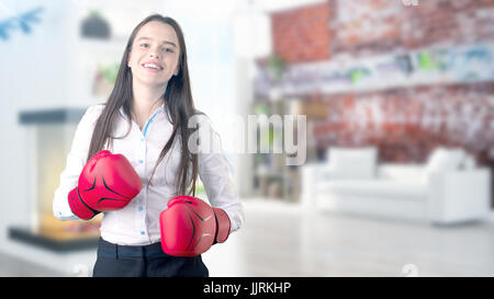 Joven mujer de negocios a lo largo de fondo interior