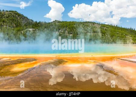 Las nubes reflejan en los vívidos colores del arco iris de la Grand Prismatic Spring, en el Parque Nacional Yellowstone, Wyoming