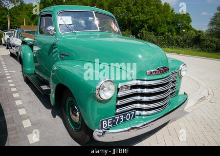 DEN BOSCH, PAÍSES BAJOS - Mayo 10, 2015: Verde 1950 Chevrolet 3100 Pickup clásico.