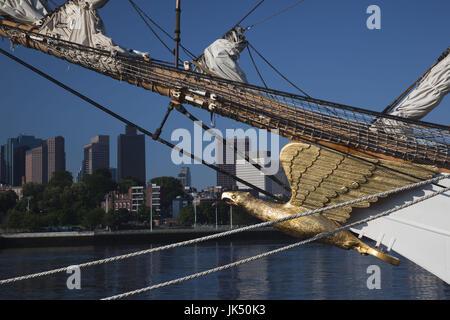 Los Estados Unidos, Massachusetts, Boston, Boston Sail Tall Ships Festival, Boston skyliine desde US Coast Guard Foto de stock