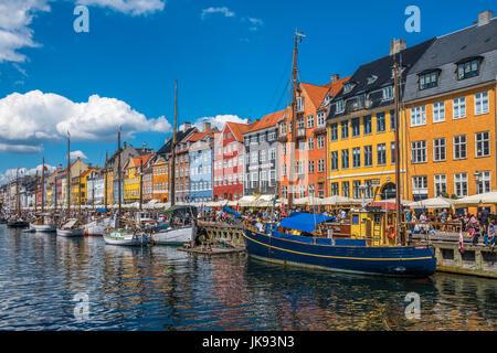 Distrito de Nyhavn es uno de los monumentos más famosos de Copenhague, Dinamarca