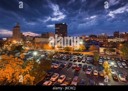 Ee.Uu., en Asheville, Carolina del Norte, niveles elevados de vista del Downtown, el anochecer