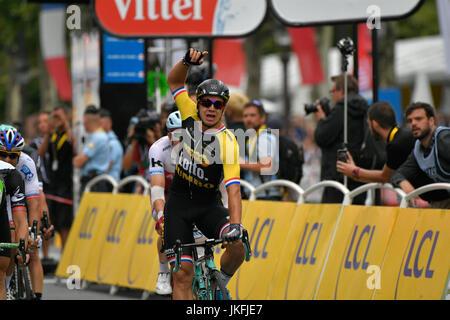 El 23 de julio de 2017, Paris Champs - Elysées, Francia, Dylan GROENEWEGEN (Lotto Jumbo) ganador de la clasificación del equipo de la 104º edición del Tour de Francia