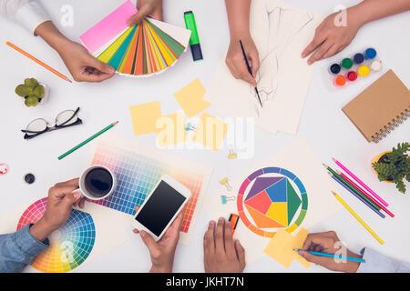 Concepto de trabajo en equipo diseñador reunión de planificación de la lluvia de ideas