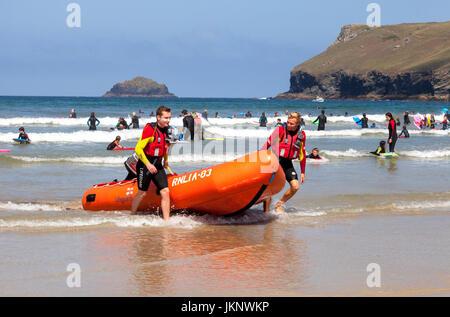 Polzeath, Cornualles, en el Reino Unido. El 24 de julio de 2017. Es la primera semana completa de las vacaciones escolares de verano) y salvavidas RNLI patrullan la playa para los días cálidos y soleados en Polzeath, al norte de Cornualles. Crédito: Mark Richardson/Alamy Live News
