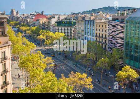Barcelona España Catalunya ocupado arbolada avenida Passeig de Gràcia Boulevard en el barrio de L'Eixample de Barcelona España ue Europa Cataluña