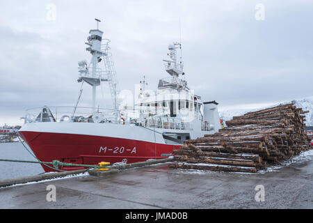 Pesca de arrastre Soroyfisk atracó en Stokmarknes, Condado de Nordland, Noruega