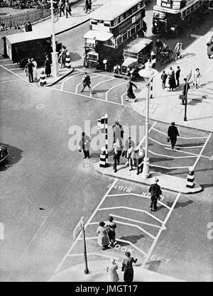 El uso temprano de Belisha balizas, señales de tráfico y los cruces peatonales, Trafalgar Square, Londres