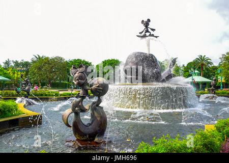 Estatua Fuente a la entrada del parque Disneyland Hong Kong