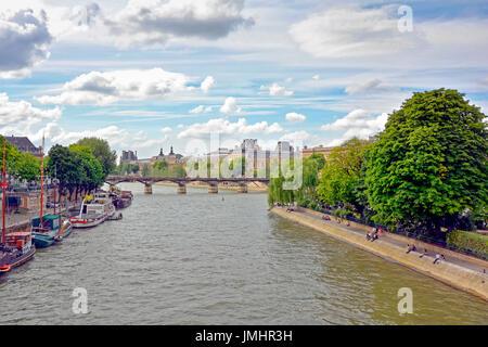 Río Sena en París con sus barcos, la arquitectura y la gente de los bancos