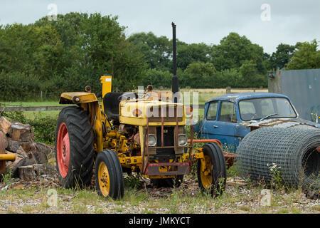 Viejo, oxidación, tractor amarillo sobre residuos de tierra.