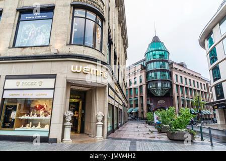 Düsseldorf, Alemania - 16 de abril de 2017: Konigsallee street y Schadow Arkaden Mall con una tienda de relojes Rolex en Dusseldorf, Alemania