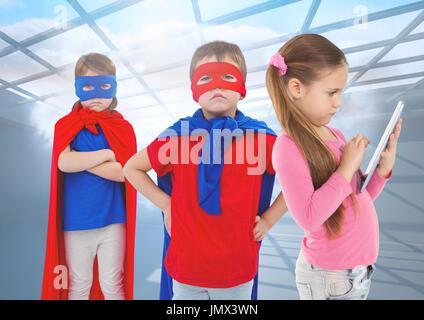 Compuesta Digital de superhéroe, los niños y niñas en Tablet PC bajo Windows