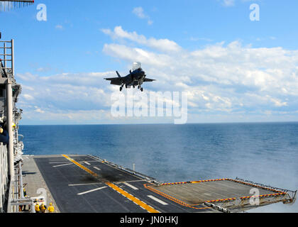 Un F-35B Lightning II realiza el primer aterrizaje vertical sobre una cubierta de vuelo en el mar a bordo del buque de asalto anfibio USS Wasp (LHD 1) en el Océano Atlántico, el 3 de octubre de 2011. El F-35B es el Marine Corps Joint Strike Force, variante del Joint Strike Fighter y está diseñado para corto despegue y aterrizaje vertical en Marina embarcaciones anfibias..Crédito obligatoria: Natasha R. Chalk - via USN CNP