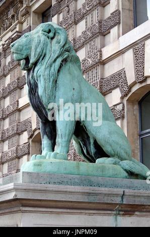 La puerta de los Leones, Porte des leones, en el Louvre de París, uno de los grandes museos del mundo, en Quai des Tuilleries,