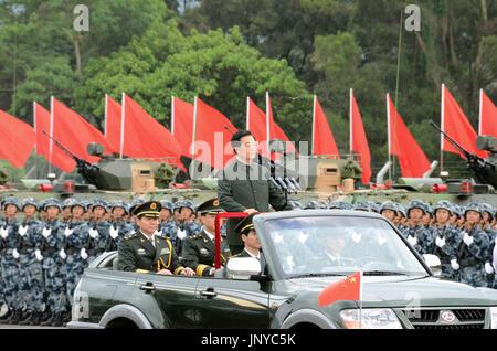 HONG KONG, CHINA - El Presidente chino Hu Jintao se erige en un vehículo abierto en la parte superior mientras se mueve hacia abajo una línea del Ejército Popular de Liberación del personal estacionado en Hong Kong el 29 de junio de 2012. Hu comenzó una visita de tres días a Hong Kong para celebrar el 15º aniversario de su regreso al gobierno chino y a presidir la toma de posesión de la nueva administración del territorio. (Kyodo)