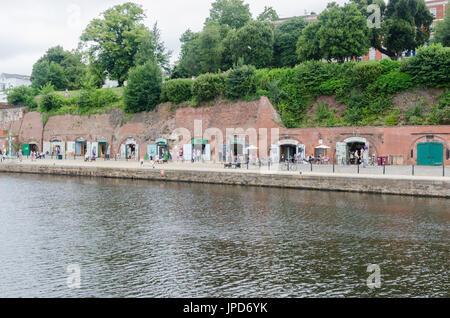 Tiendas y restaurantes en el muelle en la ribera del río Exe en Exeter, Devon