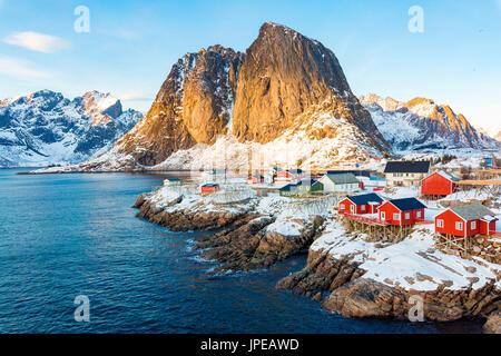 Hamnoy, islas Lofoten, Noruega. Vista de invierno en un día soleado