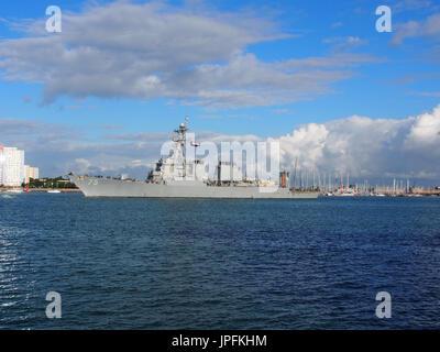 Portsmouth, Hampshire, Reino Unido. Desde el 01 de agosto, 2017. El USS Donald Cook, DDG-75, una clase Arleigh Burke destructor de misiles guiados, deja el puerto de Portsmouth después de una larga semana de visita junto con otros barcos que participan en la operación inherentes a resolver, la Coalición Mundial de lucha contra el ISIS. Otros miembros del grupo de tareas incluido USS Philippine Sea ,el buque noruego HNoMS Helge Insgstad y USS George H W Bush una clase Nimitz, nuclear powered portaaviones. Crédito: Simon evans/Alamy Live News Foto de stock