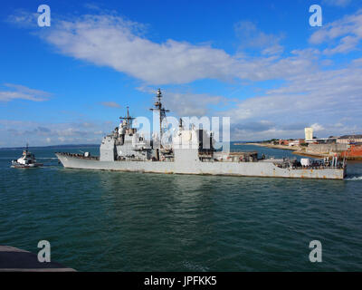 Portsmouth, Hampshire, Reino Unido. Desde el 01 de agosto, 2017. El USS mar Filipino, CG-58, un vuelo de II clase Ticonderoga crucero de misiles guiados, deja el puerto de Portsmouth después de una larga semana de visita junto con otros barcos que participan en la operación inherentes a resolver, la Coalición Mundial de lucha contra el ISIS. Otros miembros del grupo incluyen el USS Donald Cook, el buque noruego HNoMS Helge Insgstad y USS George H W Bush una clase Nimitz, nuclear powered portaaviones. Crédito: Simon evans/Alamy Live News Foto de stock