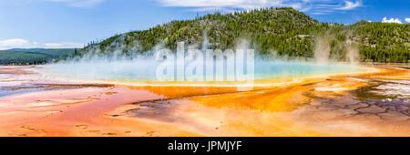 Los vívidos colores del arco iris de la Grand Prismatic Spring, en el Parque Nacional Yellowstone, Wyoming. Panorámicas