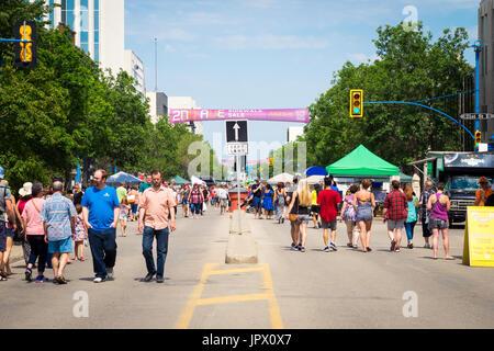 La 2nd Avenue acera Venta en Saskatoon, Saskatchewan, Canadá. Una tradición de Saskatoon, la vereda venta marcó su 41º aniversario en 2017.