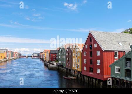 Coloridos edificios histórico almacén de madera sobre pilotes sobre el río Nidelva waterfront en la ciudad vieja. Trondheim, Sør-Trøndelag, Noruega, Escandinavia