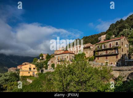 Colina de la ciudad de Ota, Gargantas de del Spelunca, Corse du Sud, Córcega, Francia