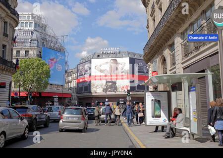 París,Francia- Abril 29, 2017: La Fayette shopping center, vista desde el Boulevard Haussmann.En la calle de peatones y vehículos en marcha.