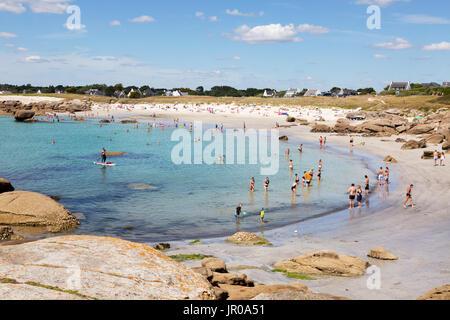 Francia - la gente en la playa tomando el sol y nadando en la playa en verano, sol, Trevignon, Finisterre, Bretaña Francia Europa