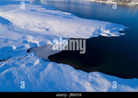 Hielo en el borde de Falls Dam, Maniototo, Central Otago, Isla del Sur, Nueva Zelanda - antena drone Foto de stock