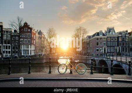 Bicicletas bordeando un puente sobre los canales de Amsterdam, Países Bajos. En bicicleta es la principal forma de transporte en Amsterdam, Países Bajos.
