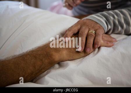 Manos recortada de alto par relajante en nursing home