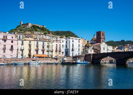 La localidad de Bosa en el río Temo, Cerdeña, Italia, Europa