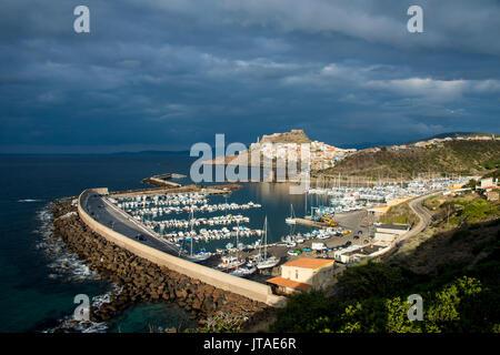 Una luz espectacular a través de la vieja ciudad de Castelsardo con su puerto boat, Cerdeña, Italia, Mediterráneo, Europa