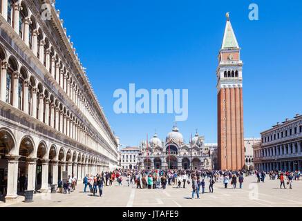 Torre del Campanile, Piazza San Marco (St Plaza de las Marcas) con los turistas y la Basílica de San Marco, Venecia, UNESCO, Veneto, Italia