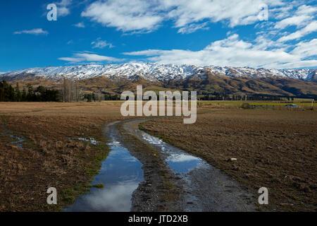 Pista agrícola y roca y Pilar Gama, Sutton, cerca de Middlemarch, Strath Taieri, Otago, Isla del Sur, Nueva Zelanda