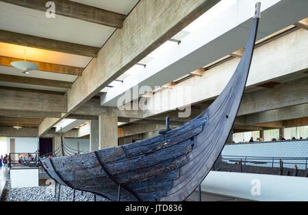 Roskilde, Dinamarca, los visitantes en el Museo de Barcos Vikingos