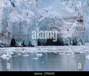Fundir pequeñas cuevas de agua a lo largo del borde inferior de Margerie glaciar en el parque nacional de Glacier Bay y preservar, Alaska