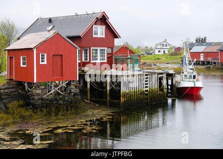 Pueblo de pescadores con barcos y construcciones de madera sobre pilotes. Nîmes, Vega Island, Noruega, Escandinavia Foto de stock