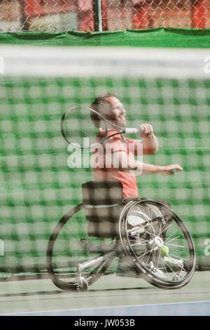 Jugador de tenis paralímpico austríaco jugando en cancha de tenis