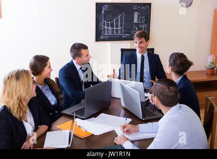 Ideas de negocios profesional team durante la reunión de oficina