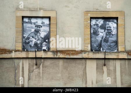 Bayeux, Normandía, Francia. Aug 2017 Robert Capa y Ernest Hemmingway WWII los reporteros de guerra en las ventanas del hotel de Ville-Town Hall. Capa con Rolliflex Foto de stock