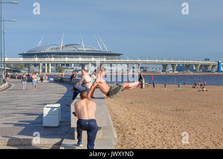 San Petersburgo, Rusia - Agosto 1, 2017: el Parque del tricentenario de San Petersburgo, joven entrena parkour en la playa.