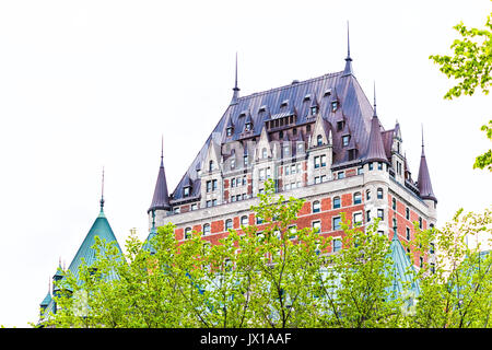 La Ciudad de Quebec, Canadá - 30 de mayo de 2017: Vista del Chateau Frontenac por Old Town durante el verano con el verde de los árboles